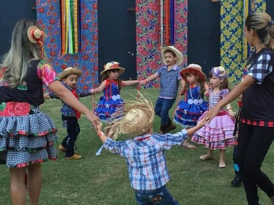 COC e Casa Escola dei Bambini realizam festa junina